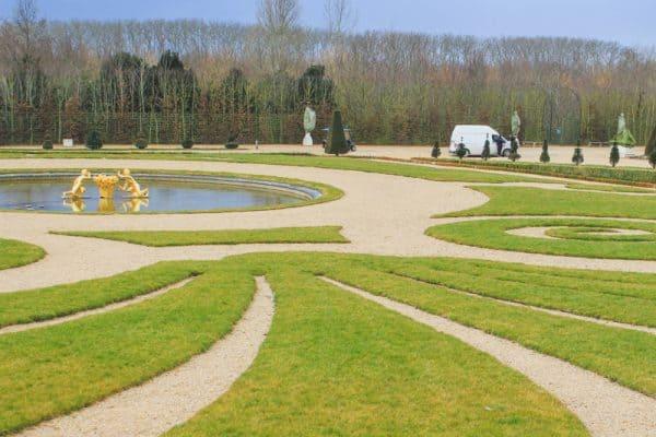 versailles france gardens landscaped grass pond fountain