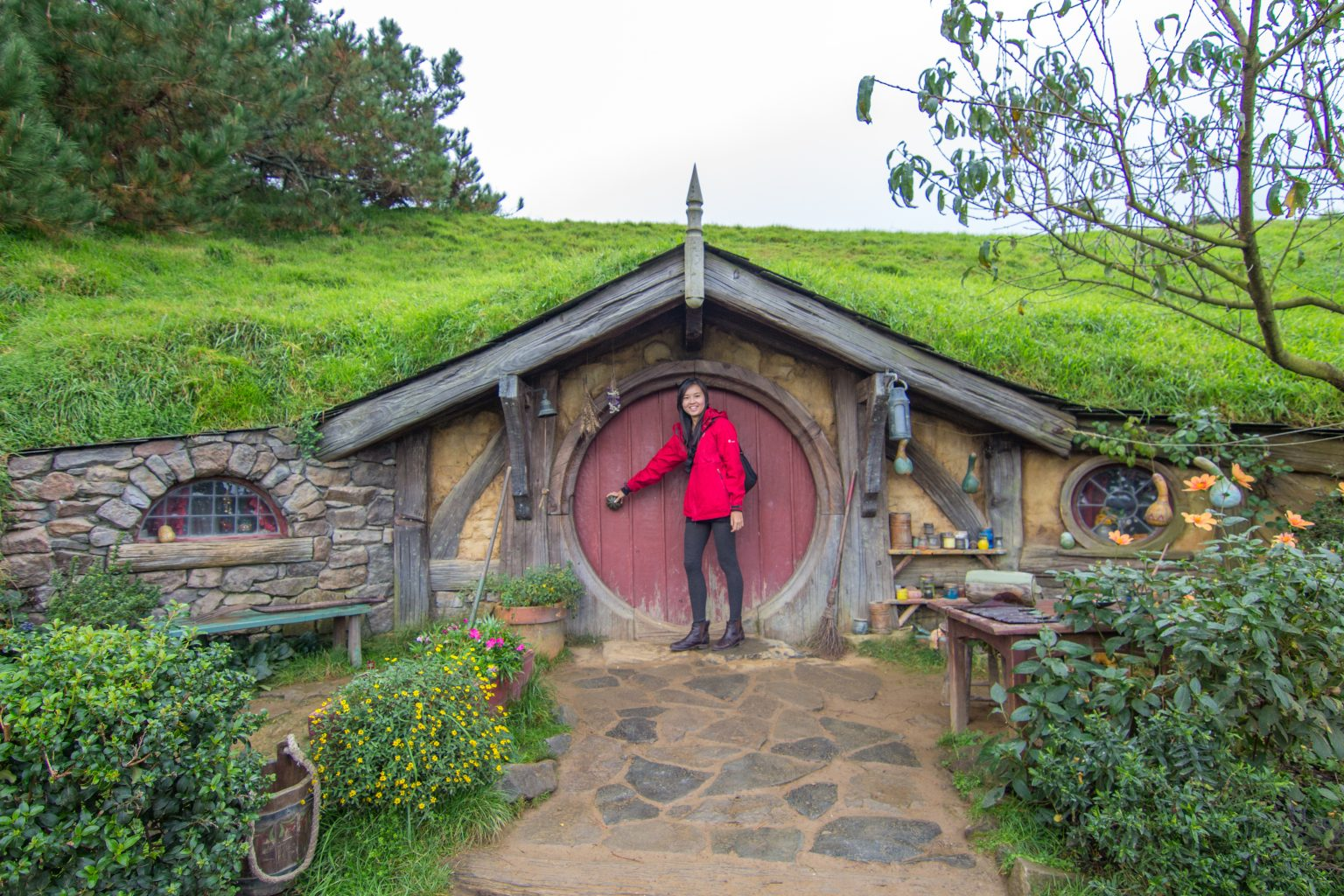 hobbiton movie set tour lord of the rings matamata hobbit entrance bel around the world. Black Bedroom Furniture Sets. Home Design Ideas