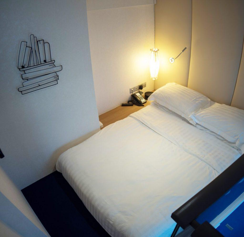 Mercure-Singapore-Bugis-loft room queen bed
