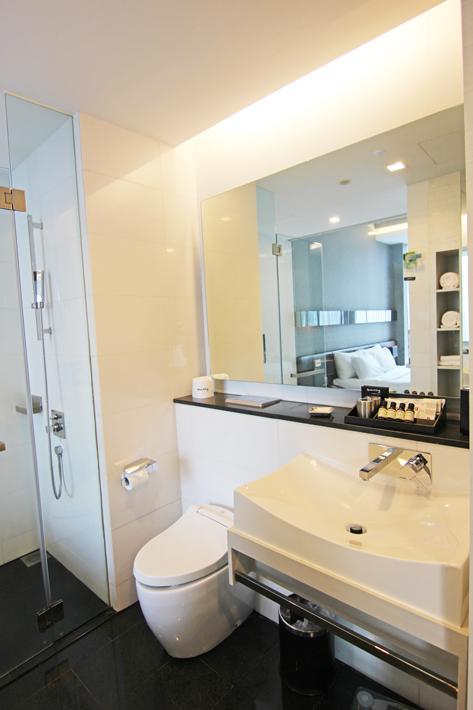 Quincy-Hotel-studio-room-bathroom