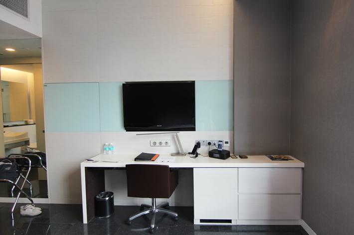 Quincy-Hotel-studio-room-desk