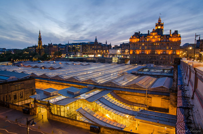 Balmoral-Hotel-and-Waverly-station,-Edinburgh-Scotland