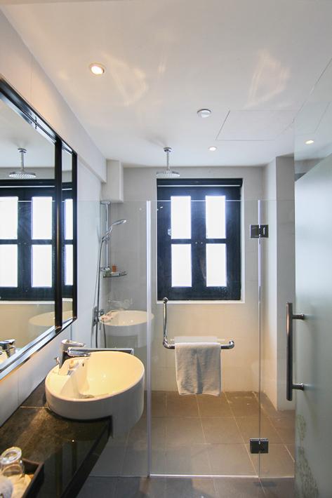 Hotel-Clover-Jalan-Sultan-Premier-Garden-Room-Bathroom