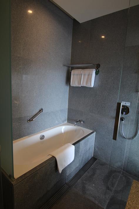 Oasia-Hotel-Novena-club-room-bathroom-bathtub
