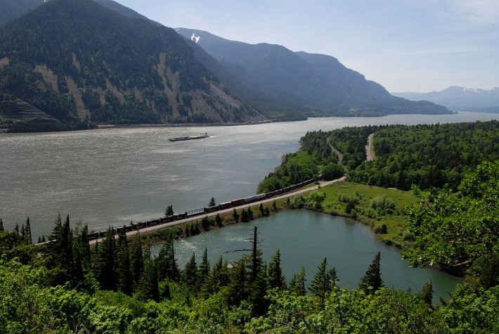 Barge_in_the_Columbia_River_Gorge