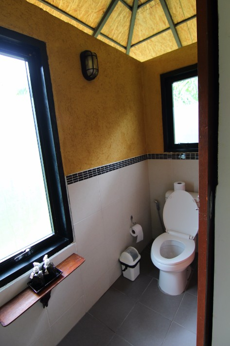 anurak community lodge khao sok national park bathroom