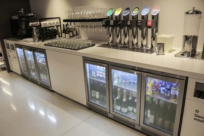 air new zealand flight business class lounge drink alcohol free flow