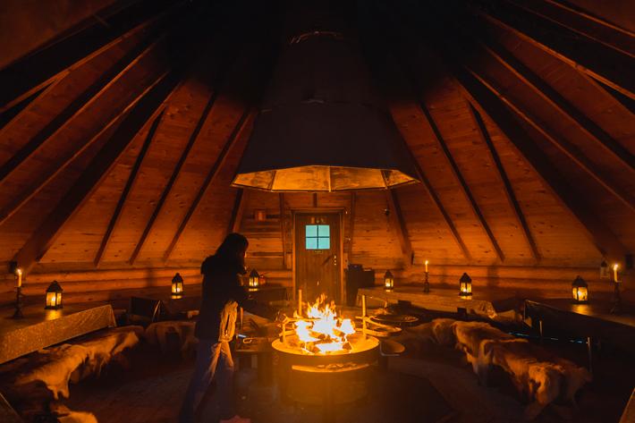 lappish hut, lighting fire, green window Nuuksio National Park