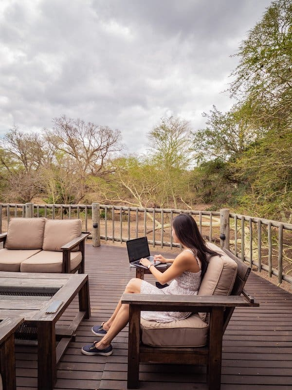 girl-laptop-working-digital-nomad travel blogger